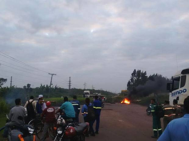 Moradores bloquearam rodovia desde as 5h desta quarta, 17. (Foto: Reprodução/TV Liberal)