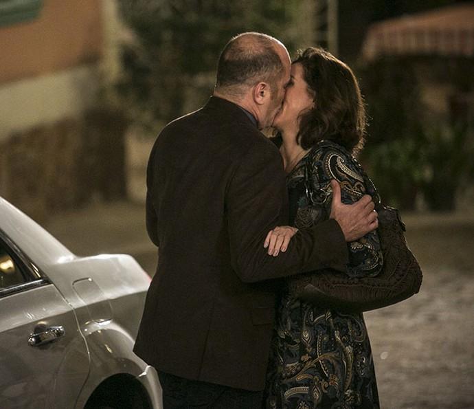 Rodrigo rouba um beijo de Francesca no meio da rua (Foto: Raphael Dias/Gshow)