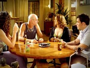 Nem aí para os respectivos, Leleco manda recado para Muricy na mesa de carteado (Foto: Avenida Brasil/TV Globo)