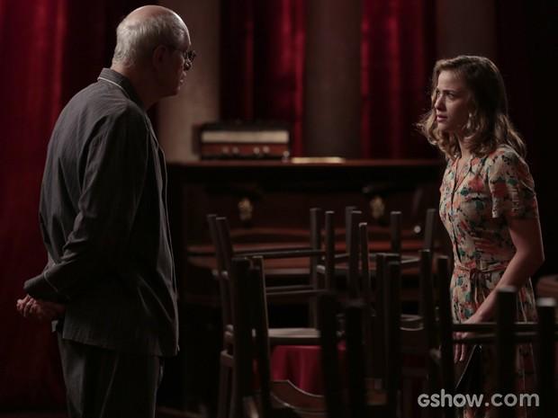 Atrás do sonho! Hilda fala para Arlindo que quer cantar na frente dos palcos (Foto: Felipe Monteiro/TV Globo)
