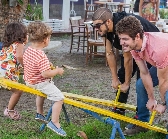 Benjamin e Grego brincam com os filhos (Foto: Artur Meninea/Gshow)