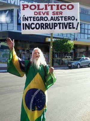 Aposentado de 83 anos participou de manifestação em Barra do Garças (Foto: Ivan de Jesus/ Centro América FM)