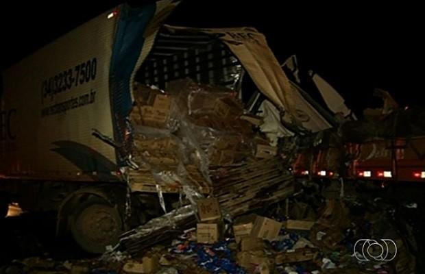 Acidente entre duas carretas deixa motoristas feridos na BR-040, em Luziânia, Goiás (Foto: Reprodução/TV Anhanguera)