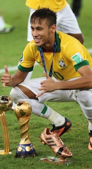 Neymar posa para foto com três prêmios  o de melhor jogador da Copa das  Confederações a94d51b506d8c