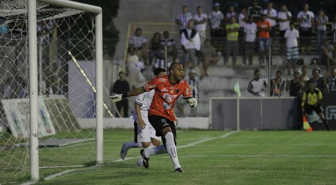 Genilvaldo, goleiro do Botafogo-PB, na partida contra o Treze (Foto: Nelsina Vitorino / Jornal da Paraíba)