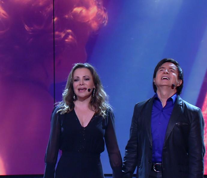 Noely e Xororó soltam a voz, com vídeo de Theo no telão ao fundo (Foto: TV Globo)