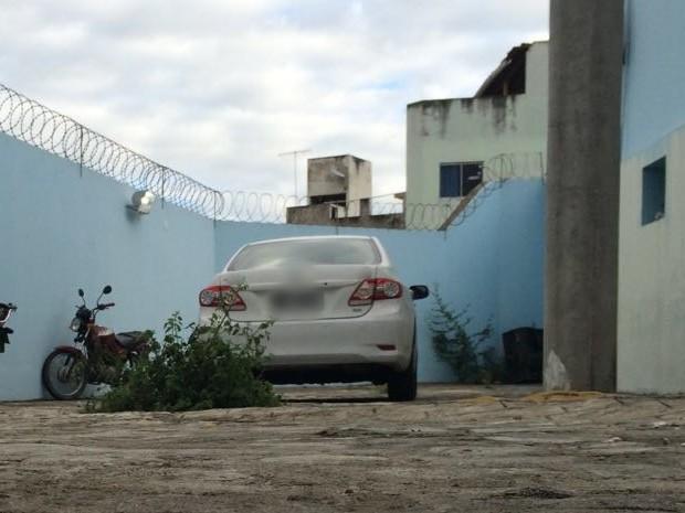 Carro do jornalista Marcolino Junior em delegacia de Caruaru (Foto: Magno Wendell/TV Asa Branca)