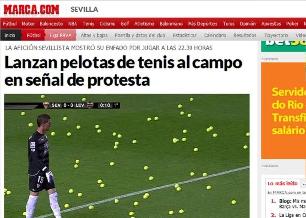 Torcida do Sevilla protesta com bolas de tênis (Foto: Reprodução/Marca.com)