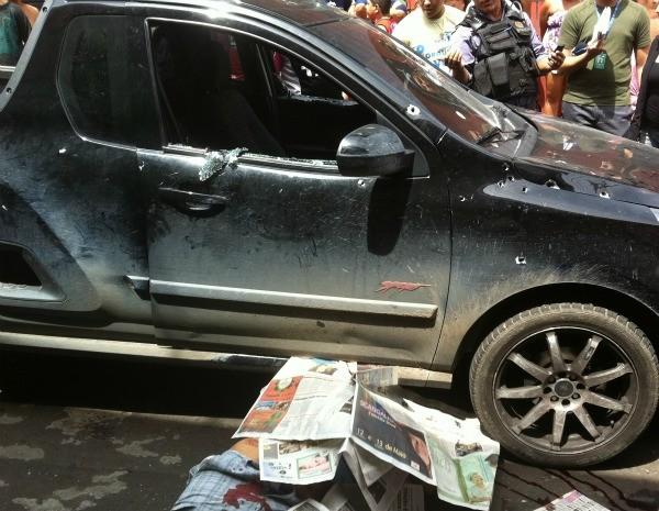 Carro foi alvejado armas de fogo de cailbre de armas variadas (Foto: Ana Graziela Maia/G1)