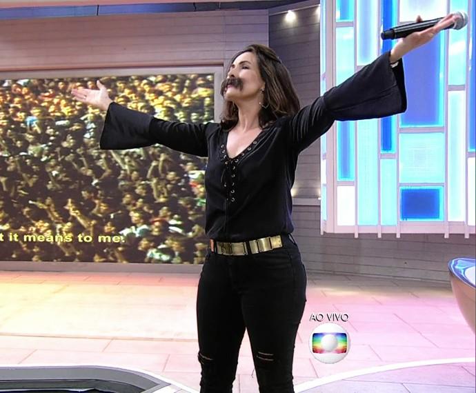 Fátima de bigodinho para dublar sucesso do Queen (Foto: TV Globo)