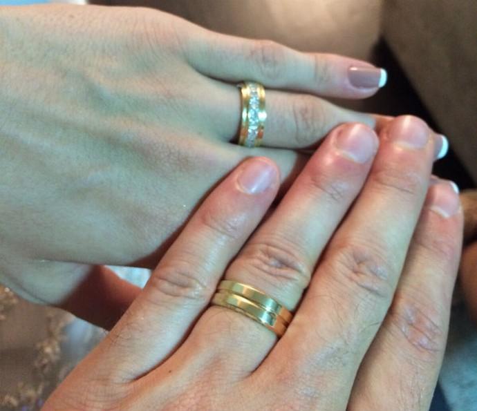 As alianças foram escolhidas pelo noivo e confeccionadas exclusivamente para eles (Foto: Arquivo pessoal)