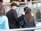 Thais Fersoza e Michel Teló trocam carinhos em aeroporto