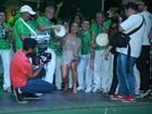 Claudia Leitte usa look cheio de franjas para evento na Mocidade
