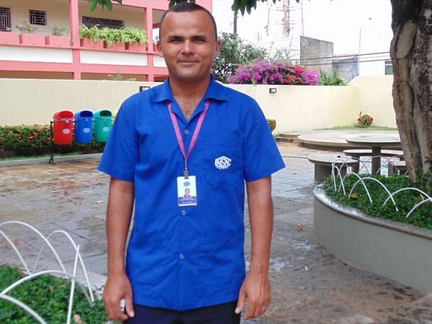 João Firmino trabalho como faxineiro e sonha em se tornar médico (Foto: Fernanda Zauli/G1)