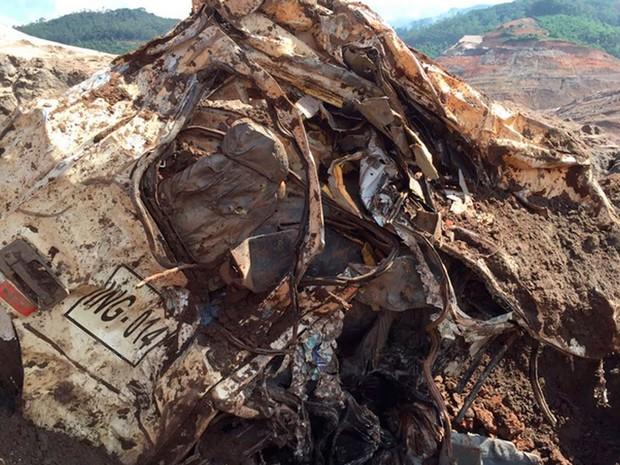 Décimo oitavo corpo encontrado estava em cabine de caminhão na área da barragem de Fundão (Foto: Corpo de Bombeiros/Divulgação)