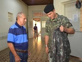 Idoso recebeu uniforme especial para tornar o sonho mais real possível (Foto: Carol Malandrino/G1)