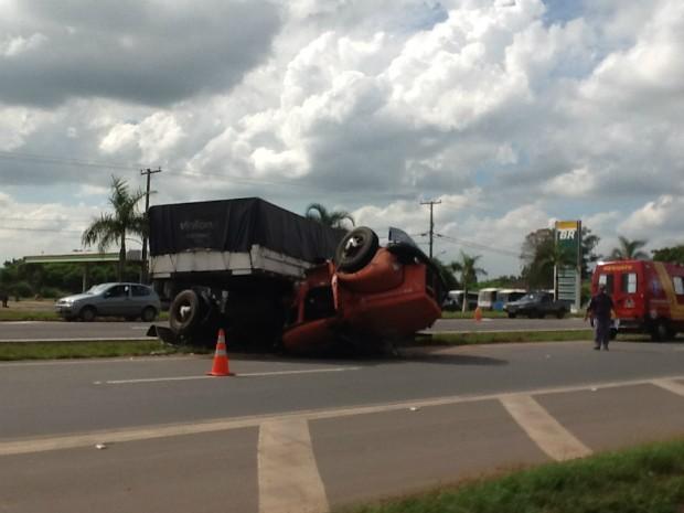 Segundo Polícia Rodoviária, motorista tentou se desviar de um carro e perdeu controle do veículo. (Foto: Divulgação / Luan Santos)