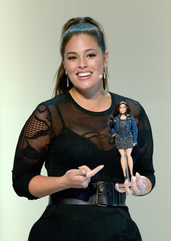 A modelo Ashley Graham com a sua versão da boneca Barbie (Foto: Getty Images)