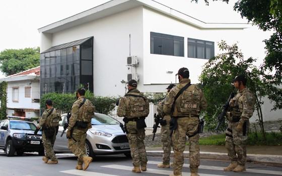 Movimentação de policiais diante do Instituto Lula, em São Paulo, onde foi cumprido mandado de busca e apreensão (Foto:  Jales Valquer / Fotoarena / Ag. O Globo)