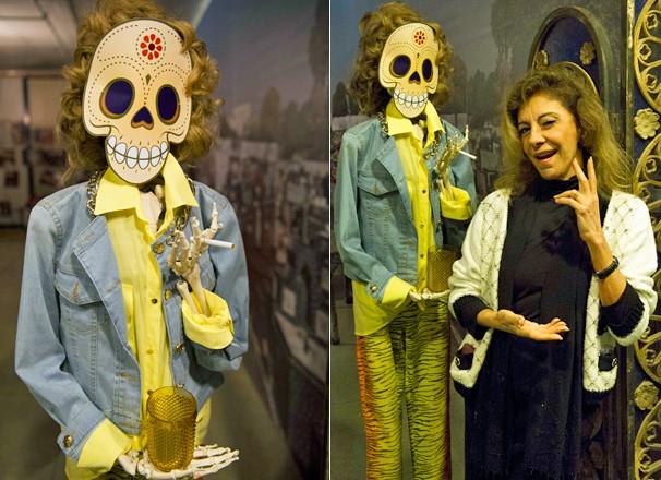 Marília Pêra posa ao lado do esqueleto que representava Darlene, sua personagem, na apresentação de Pé na Cova (Foto: Luma Costa/Globo)