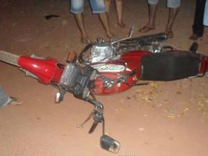 Piloto que estava em motocicleta teve fratura exposta na perna (Foto: Alerta Rolim/ Reprodução)