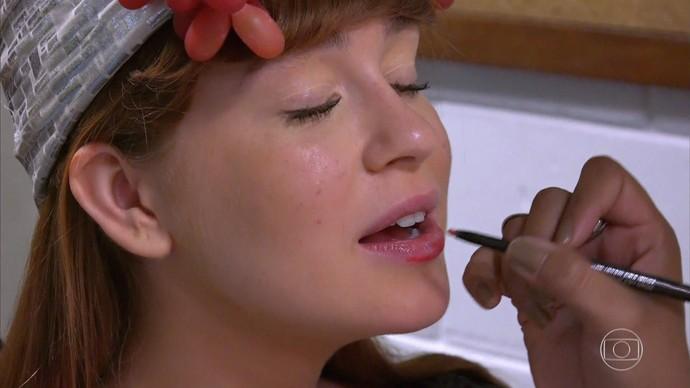 Marina se prepara para a transformação (Foto: TV Globo)