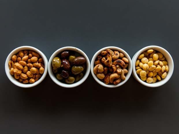 Amendoins apimentados, azeitonas marinadas com ervas frescas, castanhas defumadas e tremoço serão servidos no Lollapalooza São Paulo (Foto: Divulgação/Rubens Kato)