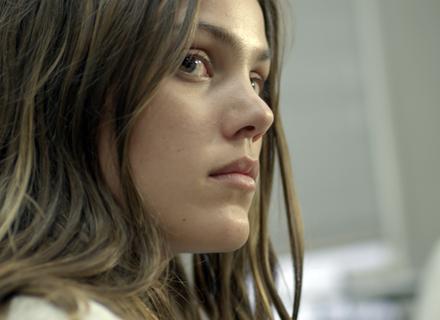 Alina vê Rodrigo e Krica conversando e fica preocupada