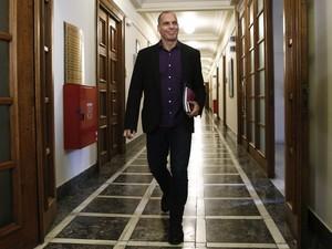 O ministro grego Yanis Varoufakis chega para reunião no parlamento em Atenas (Foto: Alkis Konstantinidis/Reuters)