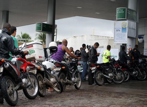 Em protesto, posto de Salvador vende gasolina com 53% de desconto (Foto: Egi Santana/ G1)