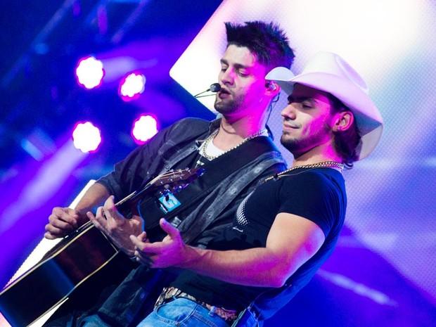 Munhoz e Mariano estão no palco em Barretos (Foto: Érico Andrade/G1)