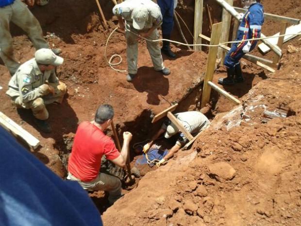 Operários trabalhavam em obra de tubulação subterrânea (Foto: Divulgação/Diego Mendonça/Noticia.com)