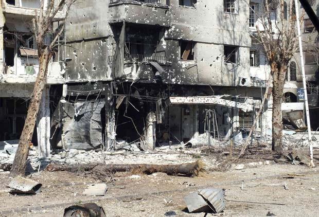 Prédios destruídos após confrontos entre rebeldes e forças do governo na cidade de Homs, na Síria (Foto: Yazen Homsy / Reuters)