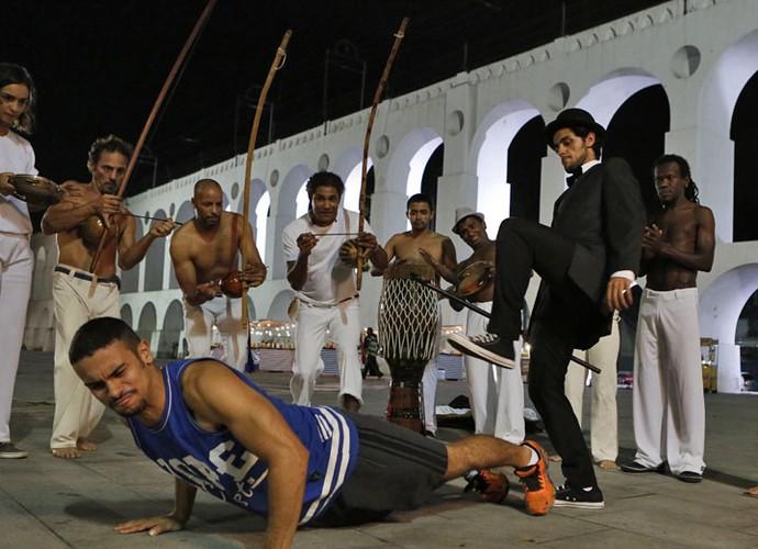 O rapaz vence Jacaré em roda de capoeira (Foto: Fabio Rocha/Gshow)