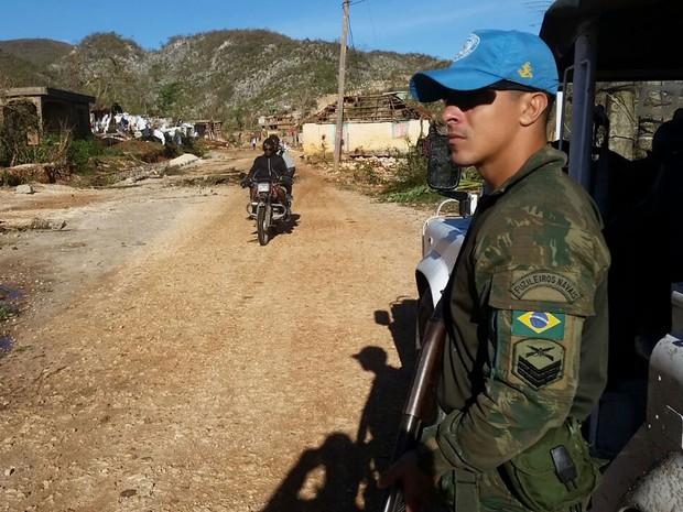 Em algumas cidades o acesso só é possível de moto ou em grandes caminhões (Foto: BBC/Minustah)