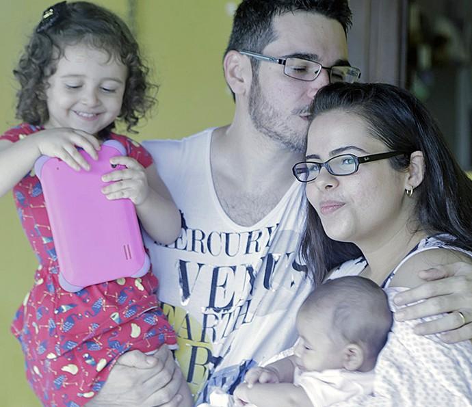 Alan com os filhos e a esposa Thais (Foto: João Mello/Gshow)