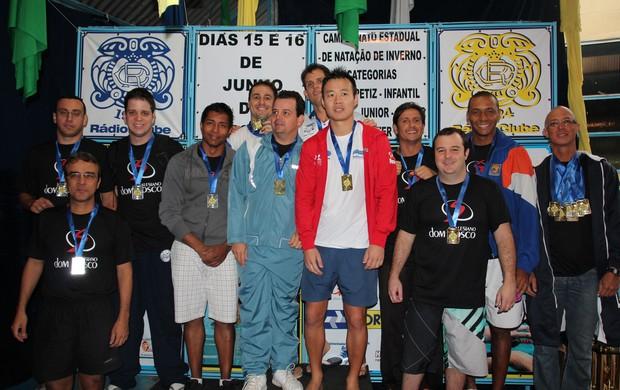 Vencedores do Revezamento 4x50 medley no Estadual de Inverno de Natação (Foto: Divulgação/FDAMS)