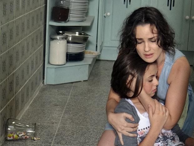 Gina socorre Paulinha (Foto: Amor à Vida/TV Globo)