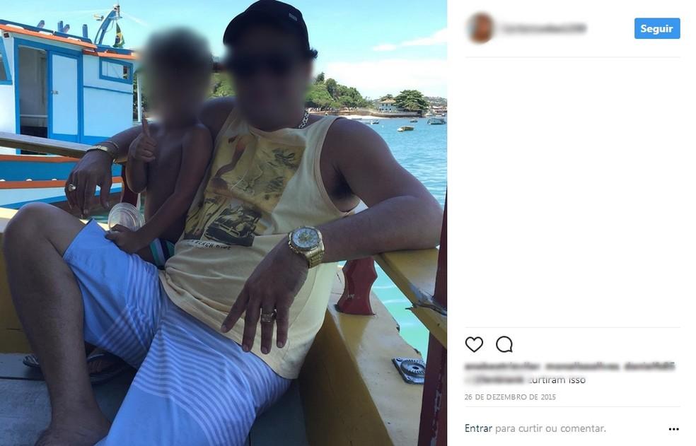 Suspeito de liderar a quadrilha ostentava joias e acessórios de ouro em viagem de barco (Foto: Reprodução/Instagram)