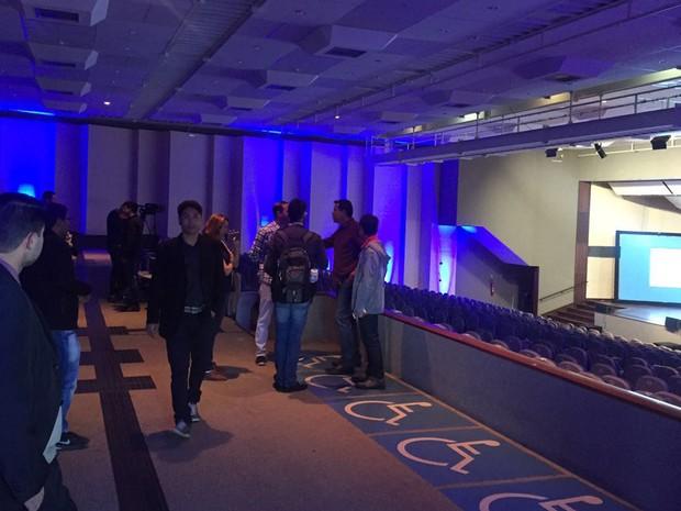 Auditório esvaziado após entrada de integrantes do Sindágua no Centro de Convenções (Foto: Gabriel Luiz/G1)
