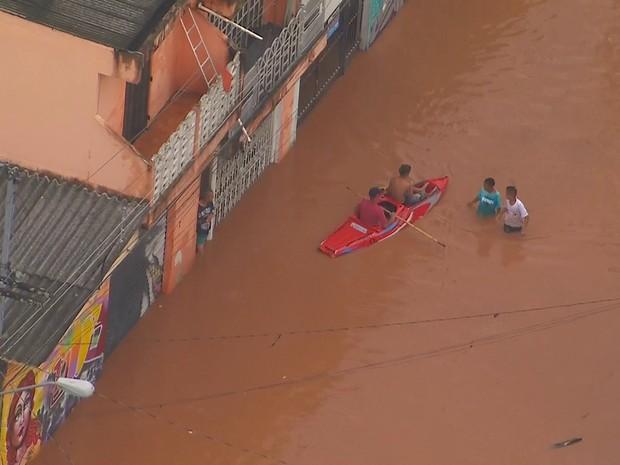 Botes são usados para percorrer ruas alagadas em São Mateus, na Zona Leste (Foto: Reprodução/TV Globo)