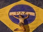 De shortinho, Sophie Charlotte posa em pintura da bandeira do Brasil