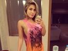 Ex-BBB Renatinha posta foto sem sutiã
