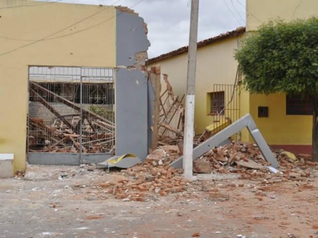 Banco e prédios vizinhos foram destruídos pela explosão (Foto: Agência Miséria)