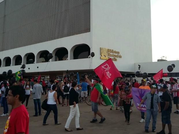Protesto contra o governo Michel Temer em frente à Biblioteca Nacional na Esplanada dos Ministérios, em Brasília (Foto: Pedro Borges/G1)