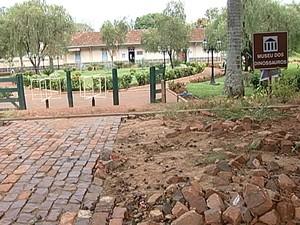 Obras paralisadas afetam o comércio local (Foto: Reprodução/TV Integração)