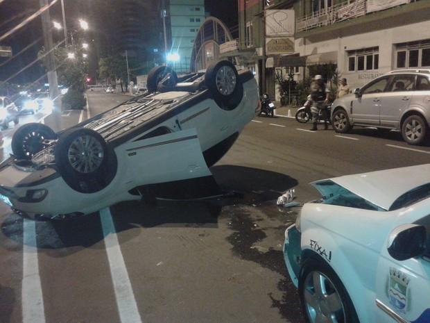 Veículo ficou capotado no meio da psita após acidente (Foto: Waldson Costa/G1)