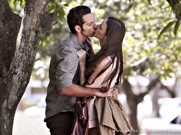 Pérsio e Rebeca aproveitam para namorar longe do hospital (Foto: Amor à Vida/TV Globo)