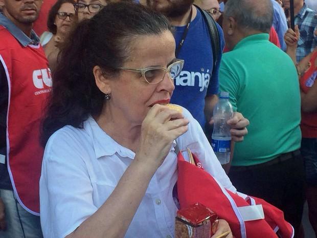 Atriz Cristina Pereira em manifestação pró-Dilma no Rio (Foto: Daniel Silveira/G1)