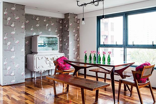 Sala de jantar | Os caixilhos pintados de azul, originais do prédio, serviram de inspiração para a paleta de cores da área social. Papel de parede da marca Cole & Son, trazido de Londres. No Brasil, ele é vendido na Wallpaper. A cristaleira antiga, garimp (Foto: Lufe Gomes/Casa e Jardim)